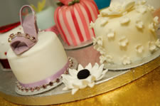 iced cake decorating